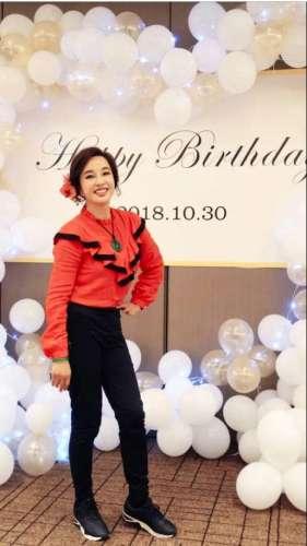 资讯生活刘晓庆过生日头上戴了两朵花,网友:都六旬老太太了还这么妖艳!